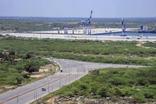 Cảng Hambantota hoành tráng nhưng hiện chỉ đón 1 tàu mỗi ngày Ảnh: BLOOMBERG