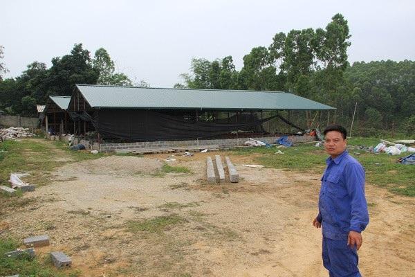 Anh Ngô Minh Hồng bên mô hình nuôi giun quế Nhật rộng 1.000 m2. Ảnh Vũ Bảo