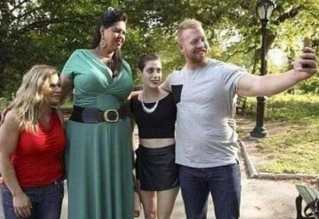 Cô sở hữu chiều cao 2,03m và cân nặng 90kg.