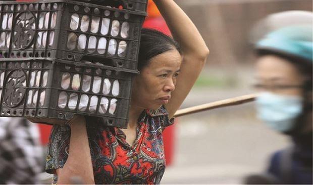 Ly hương ra thành phố kiếm sống xa gia đình là kế mưu sinh bất đắc dĩ của phụ nữ nông thôn khi họ không có nghề nghiệp tại quê hương (Ảnh minh họa)