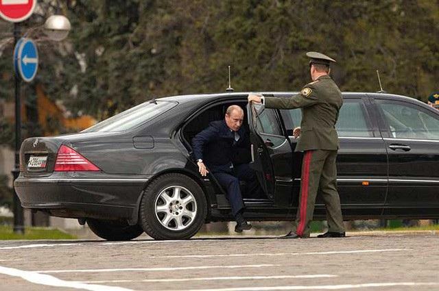 Tổng thống Putin bước xuống từ xe dành cho nhà lãnh đạo Nga (Ảnh: Sputnik)