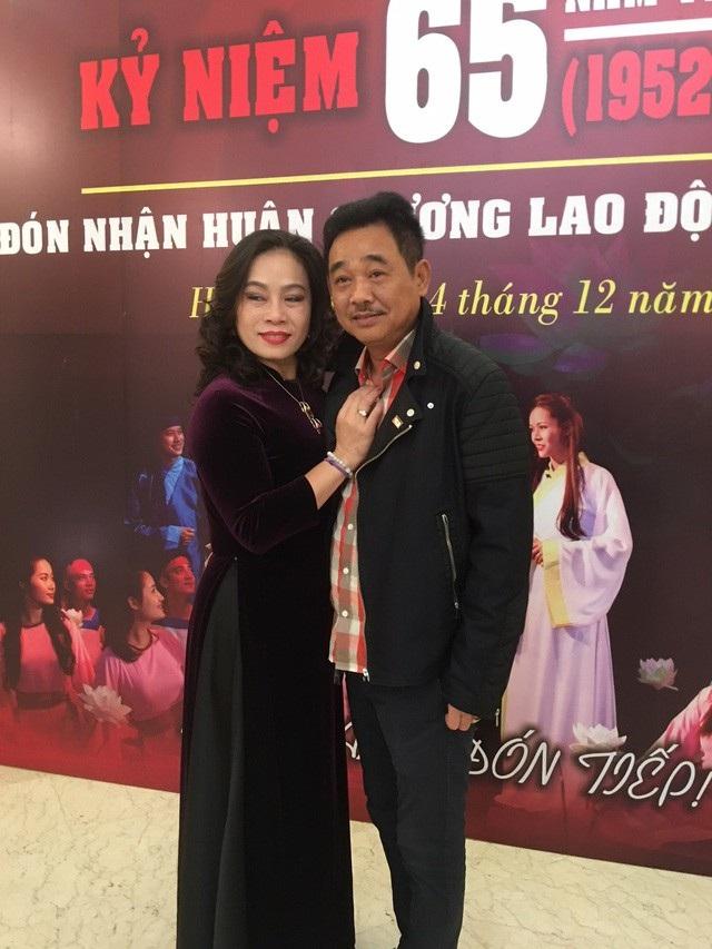 NSƯT Quốc Khánh cùng nghệ sĩ Thúy Phương trong lễ kỷ niệm 65 năm thành lập Nhà hát Kịch Việt Nam. Ảnh: Tùng Long.