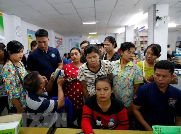 Người lao động Myanmar chờ làm thủ tục đăng ký tại Văn phòng việc làm ở tỉnh Samut Sakhon, Thái Lan. (Nguồn: EPA/TTXVN)