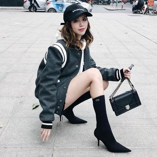 Áo Saint Laurent Teddy, giày Balenciaga Knife Booties, túi Dior, mũ Balenciaga... tổng trị giá lên đến hơn 8.000 USD