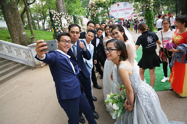 Đám cưới tập thể theo nếp sống mới do Thành đoàn Hà Nội tổ chức