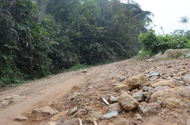 Chỉ những ngày nắng ráo mới có thể đến được điểm trường Đồng Măng bởi con đường đất độc đạo, dốc đứng trơn trượt