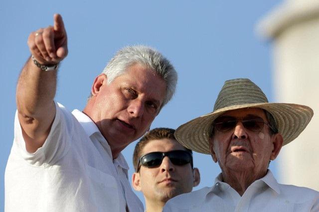 Chủ tịch Raul Castro nói chuyện với ông Diaz-Canel (trái) tại Havana, Cuba năm 2016 (Ảnh: Reuters)