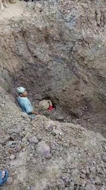 Vị trí nơi 2 vợ chồng ông Trinh bị chôn lấp (ảnh cắt từ clip do người dân cung cấp)