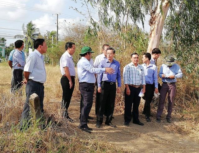 Bí thư Tỉnh ủy Bạc Liêu Nguyễn Quang Dương (ao xanh đậm) cùng khảo sát điểm xây dựng bến xe chùa Hưng Thiện.