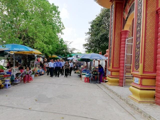 """Bí thư Tỉnh ủy """"vi hành"""" khảo sát điểm xây bến xe vào chùa có tượng Phật Quan Âm cao nhất ĐBSCL - 2"""