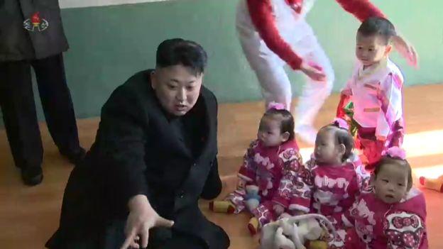 Nhà lãnh đạo Kim Jong-un và các thiếu nhi Triều Tiên (Ảnh: KCTV)