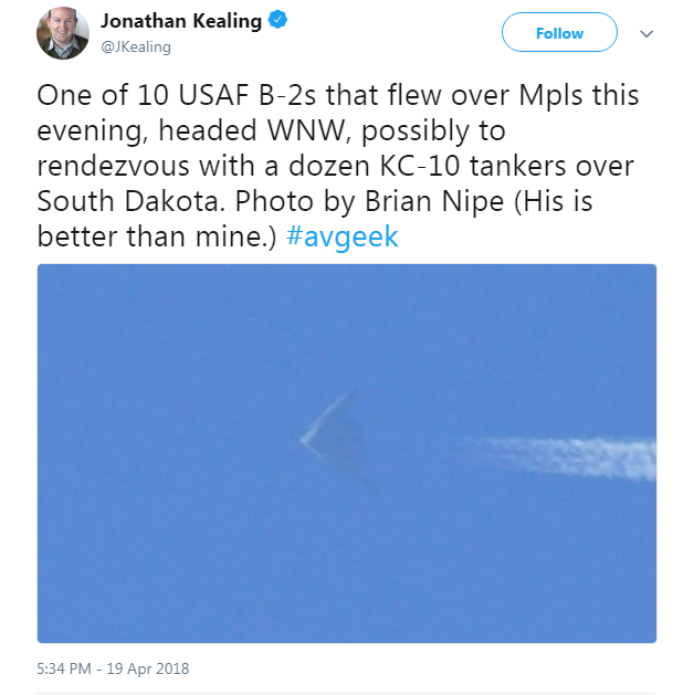 Một bức ảnh chụp máy bay ném bom B-2 trên bầu trời Minneapolis được chia sẻ trên Twitter (Ảnh: Twitter)