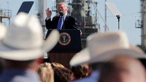 Tổng thống Trump muốn giá dầu thấp xuống, có thể sẽ trừng phạt OPEC.