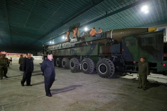Nhà lãnh đạo Triều Tiên Kim Jong-un thị sát cơ sở sản xuất tên lửa (Ảnh: Reuters)