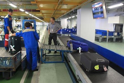 ACV quản lý, khai thác các sân bay dân dụng (ảnh: nhân viên bốc xếp hàng hoá tại sân bay Nội Bài)