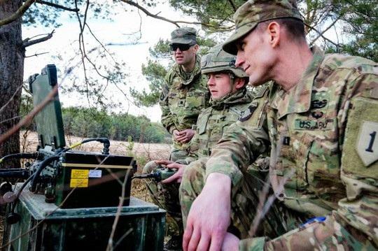 Binh sĩ Anh và Mỹ điều khiển, theo dõi hoạt động của robot từ xa. Ảnh: Army