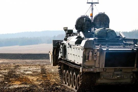 Việc sử dụng robot làm nhiệm vụ phá bỏ chướng ngại vật và dọn dẹp mìn trên chiến trường giúp tránh được rủi ro con người thiệt mạng. Ảnh: Army