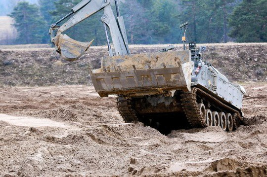 Robot đào đất của quân đội Anh trong cuộc tập trận chung với quân đội Mỹ. Ảnh: Army