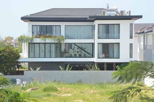 Bên trong các căn biệt thự được xây dựng sẵn với trị giá lên đến 100 tỉ đồng