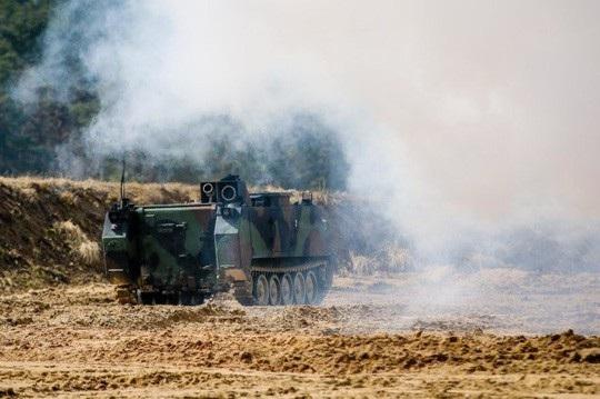 Chiếc M58 Wolf được điều khiển từ xa nhả khói, che hoạt động phá bỏ chướng ngại vật. Ảnh: Army