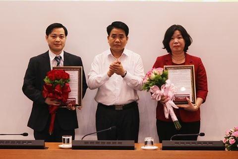 Chủ tịch UBND TP Nguyễn Đức Chung trao quyết định bổ nhiệm lãnh đạo sở KH-CN và VH-TT (Ảnh: ANTĐ)