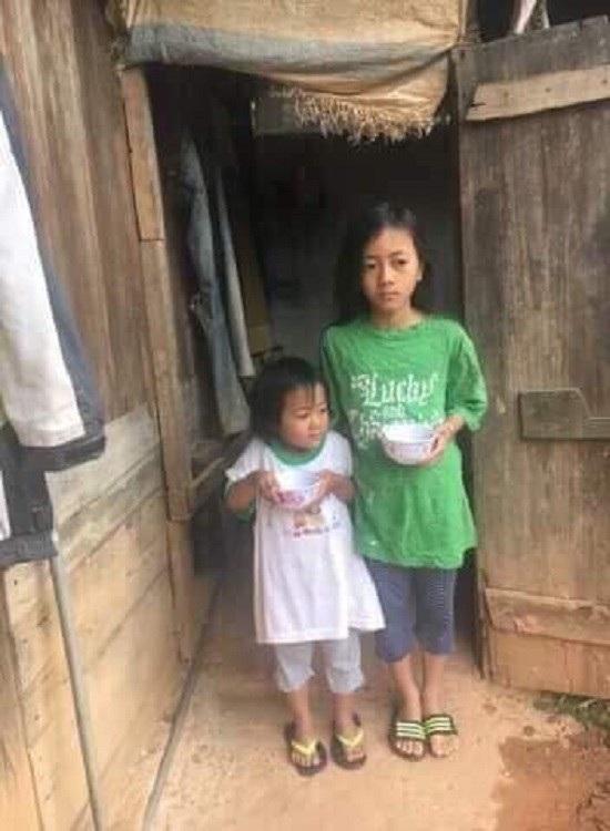Xác nhận hoàn cảnh khó khăn từ chính quyền địa phương và 2 đứa trẻ bên gian nhà gỗ đang rao bán
