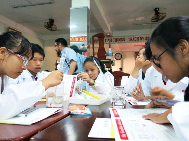 Học sinh Đà Nẵng trong giờ thí nghiệm (ảnh: Khánh Hiền)