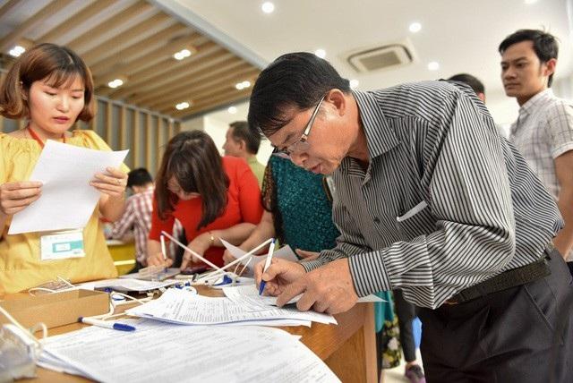 Người dân đi bổ sung ảnh chân dung đông đúc tại một điểm giao dịch nhà mạng ở Hà Nội