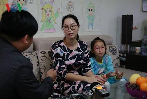Chị Nguyễn Thu Hương và con gái đang trò chuyện với phóng viên VOV