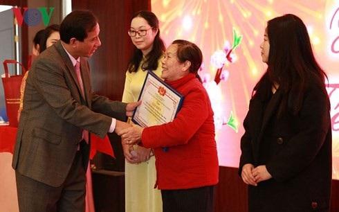 Chị Hương (áo dài vàng) và bà Mỹ (áo đỏ) trong buổi tôn vinh những kiều bào có nhiều đóng góp cho cộng đồng của Tổng Lãnh sự quán Việt Nam tại Nam Ninh