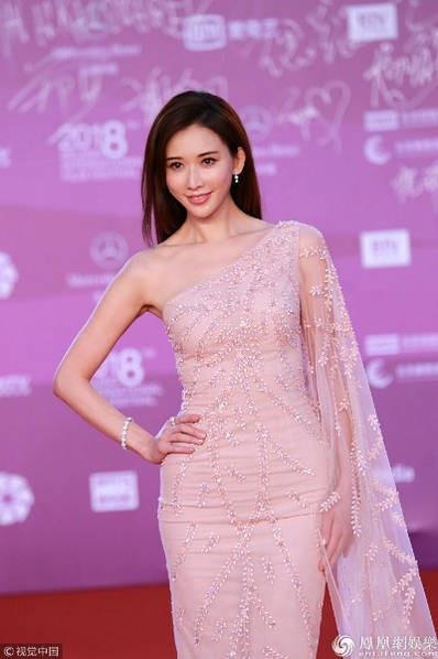 Bạn gái của Ngôn Thừa Húc được khen đẹp như nữ thần.