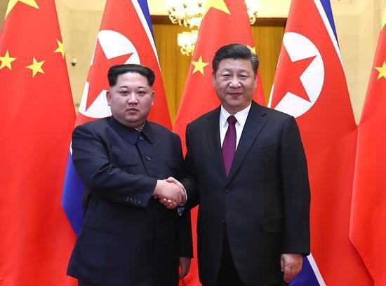 Nhà lãnh đạo Triều Tiên Kim Jong-un bắt tay Chủ tịch Trung Quốc Tập Cận Bình tại Bắc Kinh (Ảnh: Xinhua)