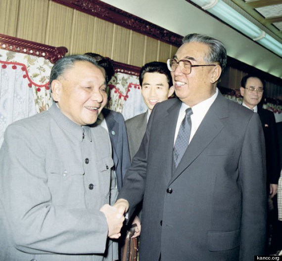Cố lãnh đạo Triều Tiên Kim Nhật Thành bắt tay cố lãnh đạo Trung Quốc Đặng Tiểu Bình (Ảnh: KANCC)