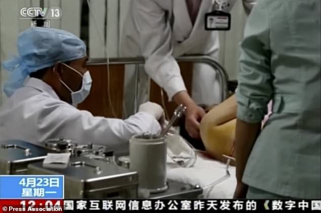 Một nạn nhân bị thương trong vụ tai nạn được điều trị trong bệnh viện (Ảnh: CCTV)