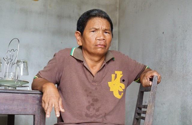 Ngoài mấy trăm nghìn trợ cấp dành cho người tàn tật, anh Khanh không có thu nhập nào khác. Hàng ngày anh đi chăn bò hộ cho anh em để lấy con bê làm vốn sau khi đàn bò của gia đình mình đã bị bán lấy tiền chạy chữa cho vợ