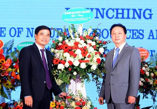 Bộ trưởng Trần Hồng Hà tặng hoa chúc mừng tập thể lãnh đạo Trường Đào tạo, bồi dưỡng cán bộ tài nguyên và môi trường.