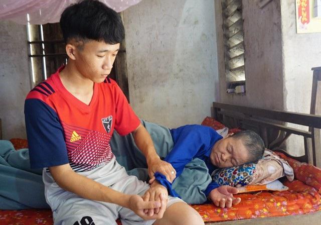 Cha ngẩn ngơ, mẹ ung thư giai đoạn cuối khiến con đường đến trường của Thái Văn Đạt trở nên gập ghềnh hơn bao giờ hết