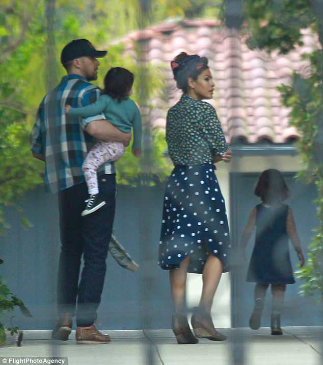Ryan Gosling và Eva Mendes đưa hai con gái tới thăm nhà mới, ngày 23/4.