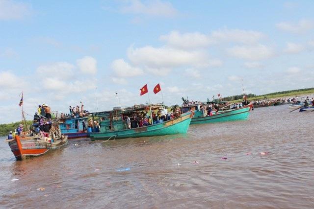 Lễ hội Nghinh Ông thường có rất đông tàu thuyền và người dân tham gia.