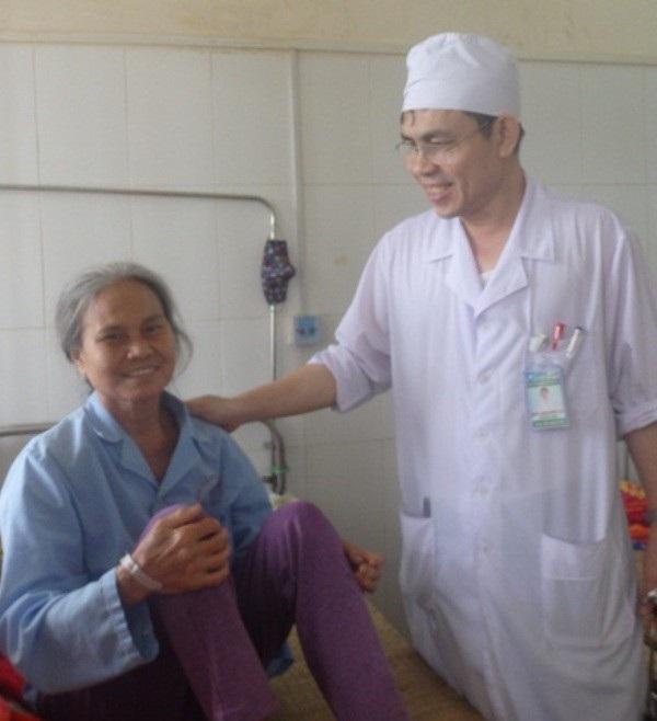 Bà Lê Thị Tới bị đột quỵ não được cứu sống bằng phương pháp lấy huyết khối cơ học
