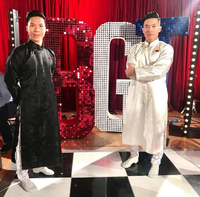Quốc Cơ - Quốc Nghiệp diện áo dài Việt Nam trước khi chính thức biểu diễn.