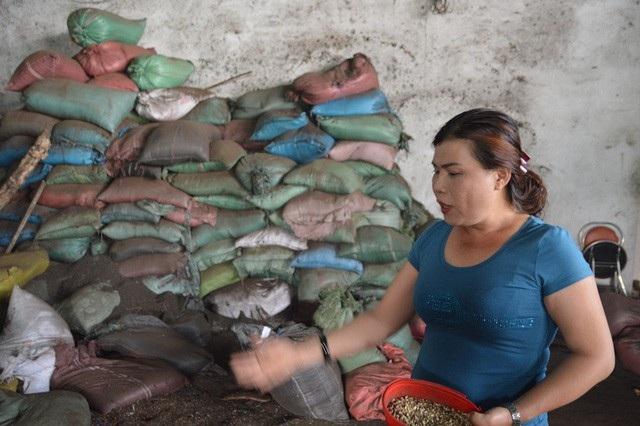 Bà Loan, chủ cơ sở sản xuất bị tạm giữ để điều tra về hành vi sản xuất thực phẩm bẩn. (Ảnh: Dương Phong).