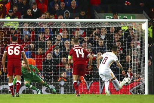 Perotti (phải) thực hiện thành công quả phạt đền rút ngắn tỉ số xuống 2-5