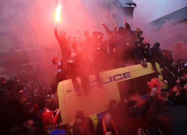CĐV Liverpool nhảy lên xe cảnh sát, làm loạn trước trận gặp AS Roma - 1