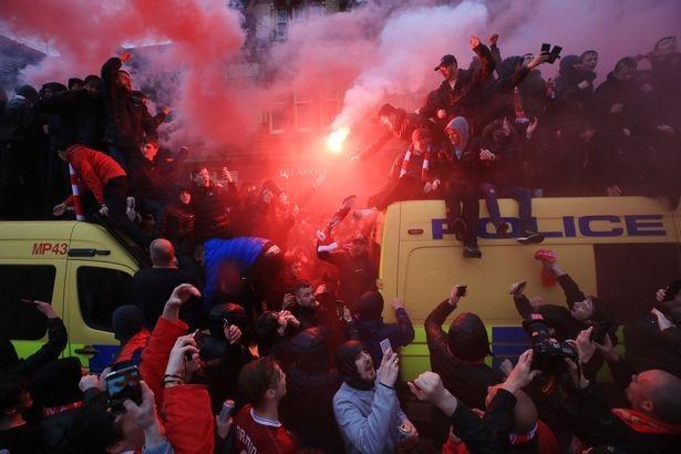 CĐV Liverpool nhảy lên xe cảnh sát, làm loạn trước trận gặp AS Roma - 2