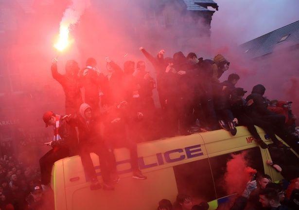 CĐV Liverpool nhảy lên xe cảnh sát, làm loạn trước trận gặp AS Roma - 3