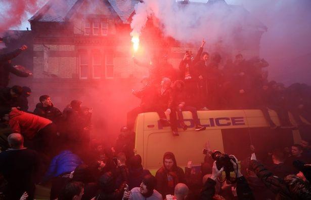 CĐV Liverpool nhảy lên xe cảnh sát, làm loạn trước trận gặp AS Roma - 4