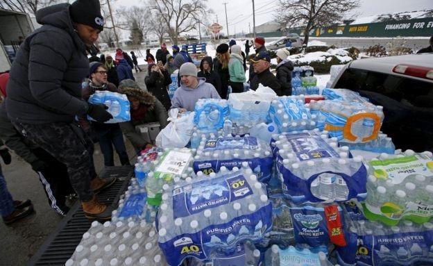 Phân phát nước đóng chai để giúp các cư dân trong cơn khủng hoảng nước