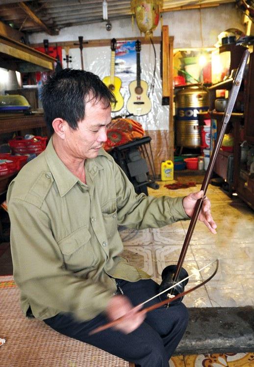 Nghệ nhân Kỉnh chơi được nhiều nhạc cụ