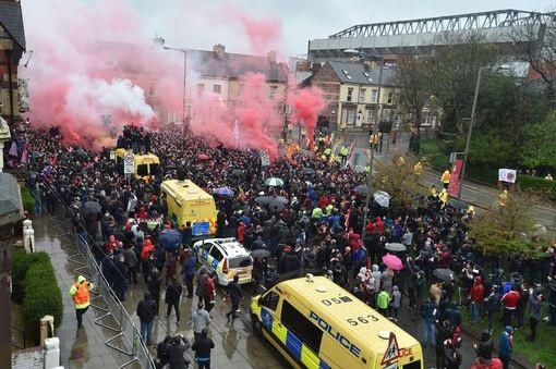 Cổ động viên hai đội kéo tới Anfield, pháo sáng được đốt ngay từ bên ngoài sân. Cổ động viên Roma không hiền lành và được dự báo có khả năng sẽ xung đột với cổ động viên của Liverpool